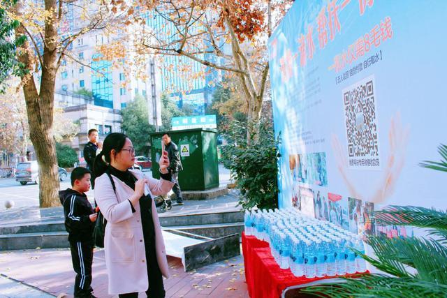 """贵阳东大肛肠医院举行""""消费一滴水·帮扶一份力""""义卖活动"""