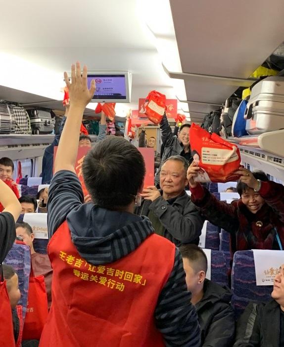 王老吉爱心列车启程 846名乘客踏上温暖回家路 公益 第3张