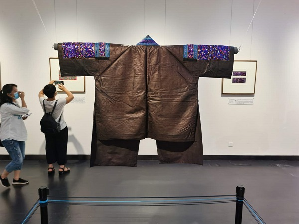 民族刺绣服饰、背带、剪纸、绣片……贵阳有场藏品展免费参观 旅游 第3张