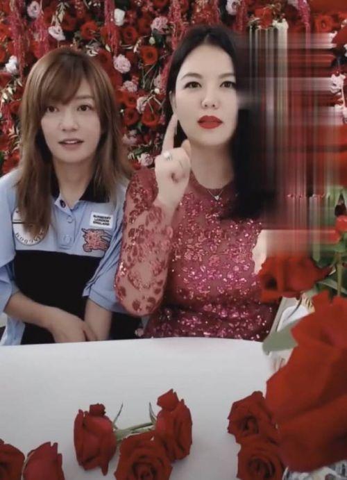 赵薇李湘一起直播卖红酒 赵薇表情不自然