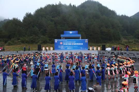 黔中苗族非物质文化遗产茂绕茂穰服饰歌舞展演在花溪高坡举行