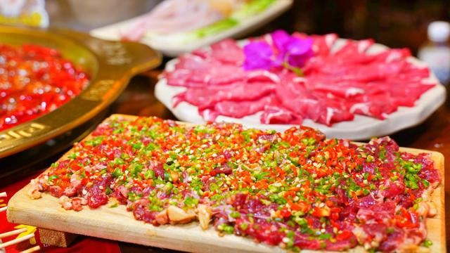 因爱吃重庆火锅,贵州这个自媒体小伙居然自己开了家火锅店