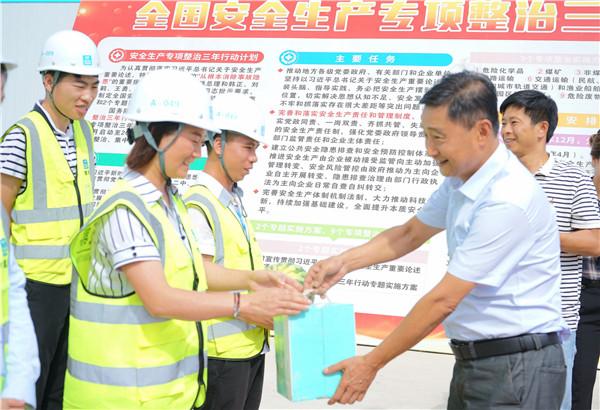 贵州省建设工会慰问中建四局施工一线建设者 社会 第1张